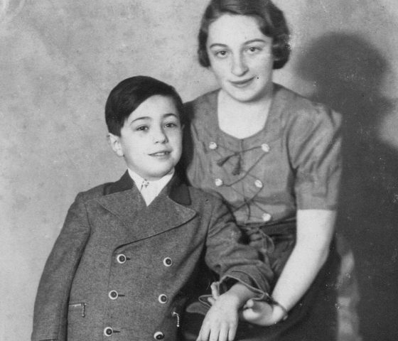 Iby Knill and her brother Tomy in 1938. (c) HSFA
