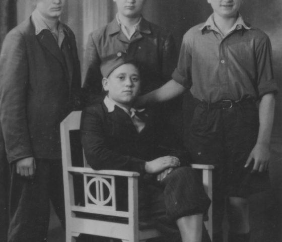 Arek Hersh (front, seated) photographed in 1945 shortly after liberation. (c) HSFA